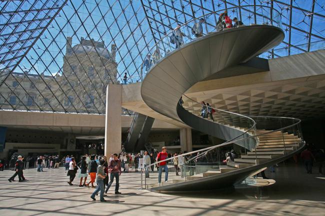 Пирамида вход в Лувр