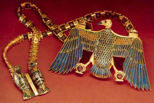 Подвеска, обнаруженная на мумии Тутанхамона
