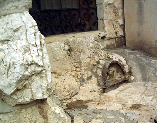 Камень на котором Иисус молился в Гефсиманском саду